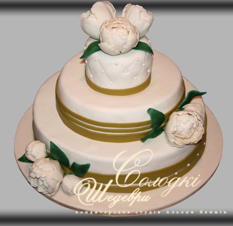 Весільний торт з піонами